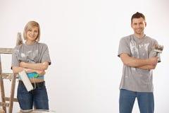 Πορτρέτο του ζεύγους που χρωματίζει στο σπίτι στοκ εικόνες με δικαίωμα ελεύθερης χρήσης