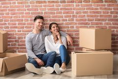 Πορτρέτο του ζεύγους στο νέο σπίτι τους Στοκ φωτογραφία με δικαίωμα ελεύθερης χρήσης