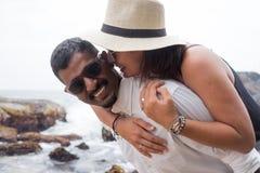 Πορτρέτο του ζωντανού νέου ζεύγους στην παραλία Είναι ευτυχείς και χαμόγελο Έννοια ακριβώς της παντρεμένης οικογένειας στοκ εικόνα