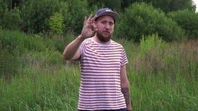 Πορτρέτο του θετικού νεαρού άνδρα που παρουσιάζει εντάξει σύμβολο που σημαίνει το καλό επιτυχές αποτέλεσμα απόθεμα βίντεο