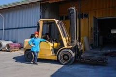 Πορτρέτο του θηλυκού οδηγού φορτηγού ανελκυστήρων στο εργοστάσιο στοκ φωτογραφία