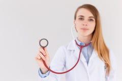 Πορτρέτο του θηλυκού γιατρού που χρησιμοποιεί το στηθοσκόπιο, εστίαση στο στηθοσκόπιο Στοκ Φωτογραφία