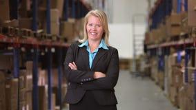 Πορτρέτο του θηλυκού διευθυντή στην αποθήκη εμπορευμάτων απόθεμα βίντεο