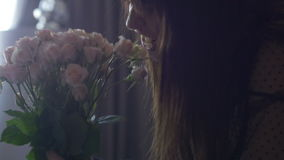 Πορτρέτο του θηλυκού με την ανθοδέσμη των λουλουδιών απόθεμα βίντεο