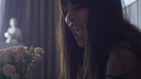 Πορτρέτο του θηλυκού με την ανθοδέσμη των λουλουδιών φιλμ μικρού μήκους