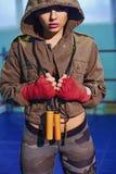 Πορτρέτο του θηλυκού μπόξερ στην αθλητική ένδυση με τη θέση πάλης ενάντια στο επίκεντρο Προκλητικό ξανθό κορίτσι ικανότητας στην  Στοκ φωτογραφίες με δικαίωμα ελεύθερης χρήσης