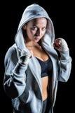 Πορτρέτο του θηλυκού μπόξερ στην κουκούλα με την πάλη της θέσης Στοκ Φωτογραφίες