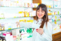 Πορτρέτο του θηλυκού φαρμακοποιού στοκ φωτογραφία με δικαίωμα ελεύθερης χρήσης
