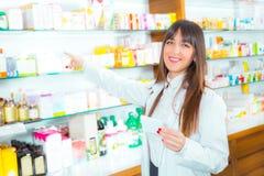 Πορτρέτο του θηλυκού φαρμακοποιού στοκ εικόνα με δικαίωμα ελεύθερης χρήσης