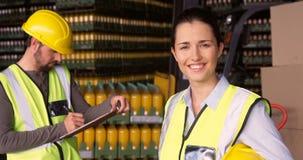 Πορτρέτο του θηλυκού χαμόγελου εποπτών στην αποθήκη εμπορευμάτων απόθεμα βίντεο