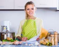 Πορτρέτο του θηλυκού freelancer με τα έγγραφα στον πίνακα κουζινών Στοκ Εικόνα