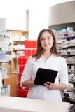 Πορτρέτο του θηλυκού PC ταμπλετών εκμετάλλευσης φαρμακοποιών στοκ εικόνα