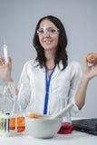 Πορτρέτο του ικανοποιημένου γυναικείου εργαστηριακού προσωπικού με το δείγμα συρίγγων και δοκιμής της Apple Στοκ φωτογραφία με δικαίωμα ελεύθερης χρήσης