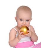 Πορτρέτο του καλού παιχνιδιού μωρών με τη σφαίρα Χριστουγέννων στοκ φωτογραφία