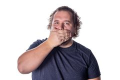 Πορτρέτο του κατάπληκτου ατόμου που καλύπτει το στόμα του πέρα από το άσπρο υπόβαθρο στοκ φωτογραφία με δικαίωμα ελεύθερης χρήσης
