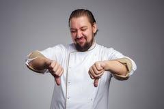 Πορτρέτο του καυκάσιου ατόμου στο μάγειρα ομοιόμορφο Στοκ Εικόνες