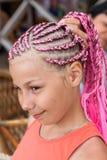Πορτρέτο του καυκάσιου κοριτσιού με τα ρόδινα dreadlocks hairstyle, που κρατά την κοτσίδα της με το χέρι στοκ εικόνες