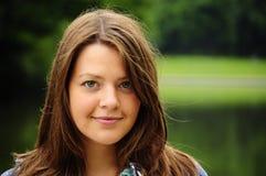 Πορτρέτο του καφετιού κοριτσιού τρίχας Στοκ φωτογραφία με δικαίωμα ελεύθερης χρήσης