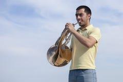Πορτρέτο του κλασικού γαλλικού κέρατου οργάνων παιχνιδιού μουσικών εφήβων στοκ εικόνα με δικαίωμα ελεύθερης χρήσης