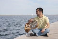 Πορτρέτο του κλασικού γαλλικού κέρατου οργάνων παιχνιδιού μουσικών εφήβων στοκ φωτογραφία με δικαίωμα ελεύθερης χρήσης