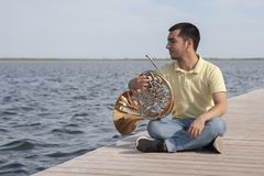 Πορτρέτο του κλασικού γαλλικού κέρατου οργάνων παιχνιδιού μουσικών εφήβων στοκ εικόνες με δικαίωμα ελεύθερης χρήσης