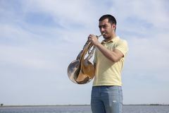 Πορτρέτο του κλασικού γαλλικού κέρατου οργάνων παιχνιδιού μουσικών εφήβων στοκ φωτογραφίες