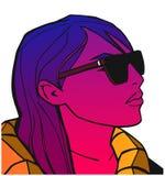 Πορτρέτο του κοιτάγματος κοριτσιών δροσερό και της φθοράς των γυαλιών στο χρώμα Στοκ φωτογραφία με δικαίωμα ελεύθερης χρήσης