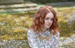 Πορτρέτο του κοκκινομάλλους κοριτσιού με τις φακίδες Στοκ φωτογραφία με δικαίωμα ελεύθερης χρήσης