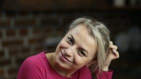 Πορτρέτο του κομψού μέσης ηλικίας χαμόγελου γυναικών απόθεμα βίντεο