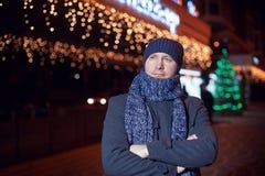 Πορτρέτο του κομψού μοντέρνου ατόμου που ντύνεται στο παλτό και το μαντίλι Στοκ εικόνα με δικαίωμα ελεύθερης χρήσης