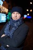 Πορτρέτο του κομψού μοντέρνου ατόμου που ντύνεται στο παλτό και το μαντίλι Στοκ Φωτογραφίες