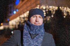 Πορτρέτο του κομψού μοντέρνου ατόμου που ντύνεται στο παλτό και το μαντίλι Στοκ φωτογραφία με δικαίωμα ελεύθερης χρήσης