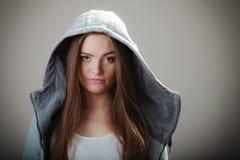 Πορτρέτο του κοριτσιού εφήβων στη με κουκούλα μπλούζα Στοκ Φωτογραφία
