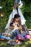 Πορτρέτο του κοριτσιού εφήβων στο ύφος θερινής μόδας στοκ εικόνα