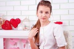 Πορτρέτο του κοριτσιού κοντά στις διακοσμήσεις βαλεντίνων Στοκ φωτογραφία με δικαίωμα ελεύθερης χρήσης