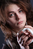 Πορτρέτο του κοριτσιού με ένα φλυτζάνι Στοκ εικόνες με δικαίωμα ελεύθερης χρήσης