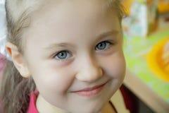 Πορτρέτο του κοριτσιού με τα μπλε μάτια Στοκ εικόνα με δικαίωμα ελεύθερης χρήσης