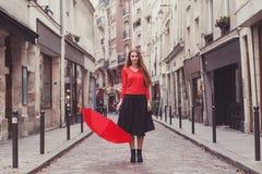 Πορτρέτο του κοριτσιού με την κόκκινη ομπρέλα στο Παρίσι στοκ εικόνες
