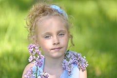 Πορτρέτο του κοριτσιού με τις πασχαλιές στοκ φωτογραφία με δικαίωμα ελεύθερης χρήσης