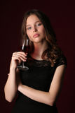 Πορτρέτο του κοριτσιού με wineglass κλείστε επάνω ανασκόπηση σκούρο κόκκιν&omi Στοκ φωτογραφίες με δικαίωμα ελεύθερης χρήσης