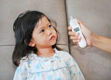 Πορτρέτο του κοριτσιού παιδιών με μια μέτρηση θερμομέτρων αυτιών Στοκ φωτογραφία με δικαίωμα ελεύθερης χρήσης