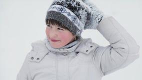 Πορτρέτο του κοριτσιού παιδιών στο χιονώδες πάρκο φιλμ μικρού μήκους