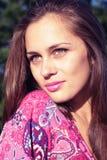 Πορτρέτο του κοριτσιού που απολαμβάνει τον ήλιο Στοκ Εικόνα