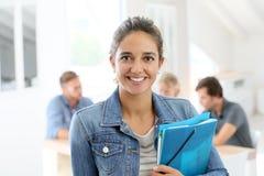 Πορτρέτο του κοριτσιού σπουδαστών με τους συμμαθητές στην πλάτη στοκ φωτογραφία με δικαίωμα ελεύθερης χρήσης