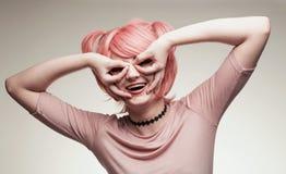Πορτρέτο του κοριτσιού στη ρόδινη περούκα Στοκ εικόνες με δικαίωμα ελεύθερης χρήσης