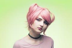 Πορτρέτο του κοριτσιού στη ρόδινη περούκα Στοκ φωτογραφία με δικαίωμα ελεύθερης χρήσης