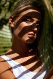 Πορτρέτο του κοριτσιού στη σκιά των φύλλων φοινικών Στοκ Εικόνες