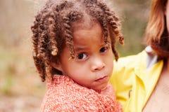 Πορτρέτο του κοριτσιού στον περίπατο στο δάσος με τη μητέρα στοκ φωτογραφίες με δικαίωμα ελεύθερης χρήσης
