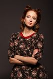 Πορτρέτο του κοριτσιού στο αναδρομικό ύφος με τις κόκκινες χάντρες. Στοκ φωτογραφία με δικαίωμα ελεύθερης χρήσης