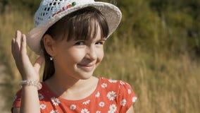 Πορτρέτο του κοριτσιού στο καπέλο φιλμ μικρού μήκους